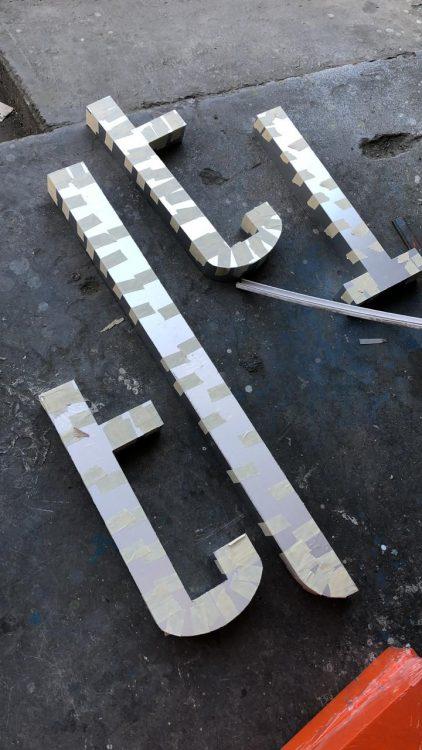 unión de piezas de letrero