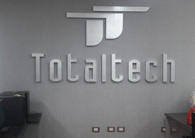 Letrero con logotipo de letras realzadas en aluminio