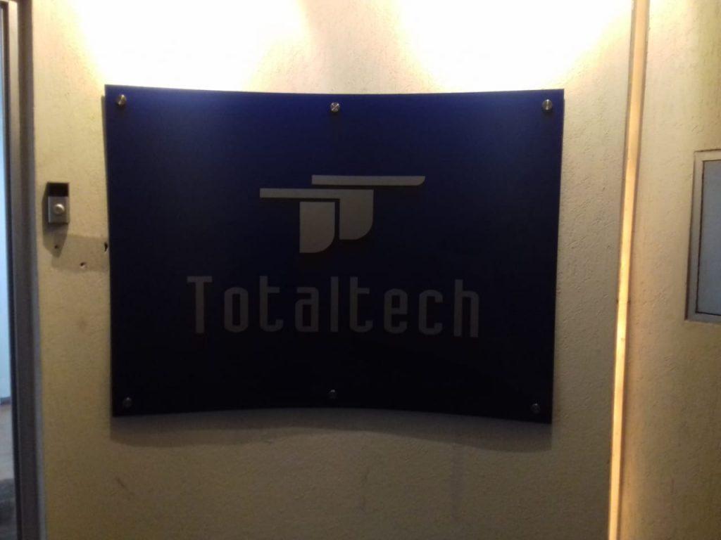 Letrero con Logo Realzado 3D para pared Total Tech 18