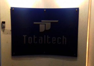 letrero en acrilico total tech