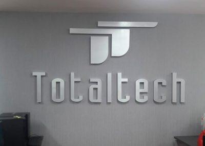 letrero letra realzada en aluminio cepillado Totaltech